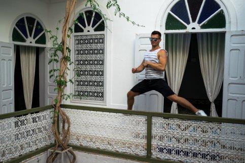 museum der fotografie marrakesch mann springt brüstung gang