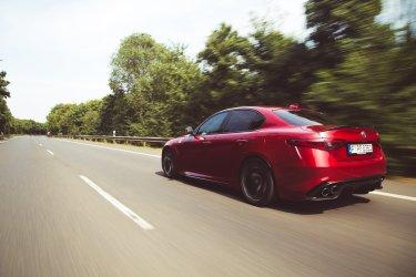 Alfa Romeo Giulia Quadrifoglio rot Landstraße Beschleunigung