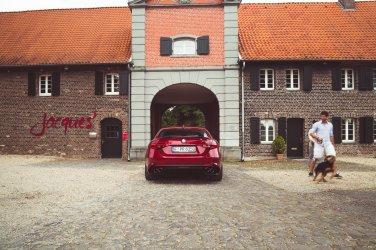 Alfa Romeo Giulia Quadrifoglio rot Toreinfahrt Hund Paar