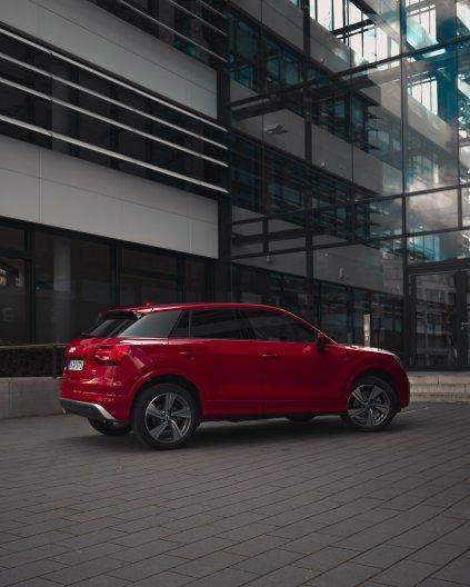 Audi Q2 rot sline felgen totale profil gebäude modern
