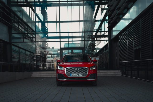 Audi Q2 Sport Front sline Glas Treppen