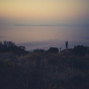 Mann Blick auf Küste von Felsvorsprung