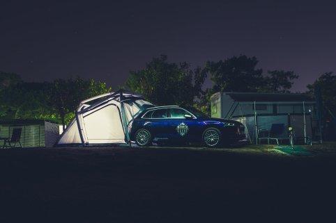 Audi SQ5 Heimplanet Zelt Strand Barcelona Nacht