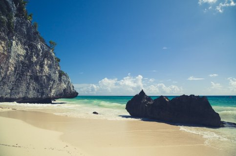 Tulum Strand mit Felsen