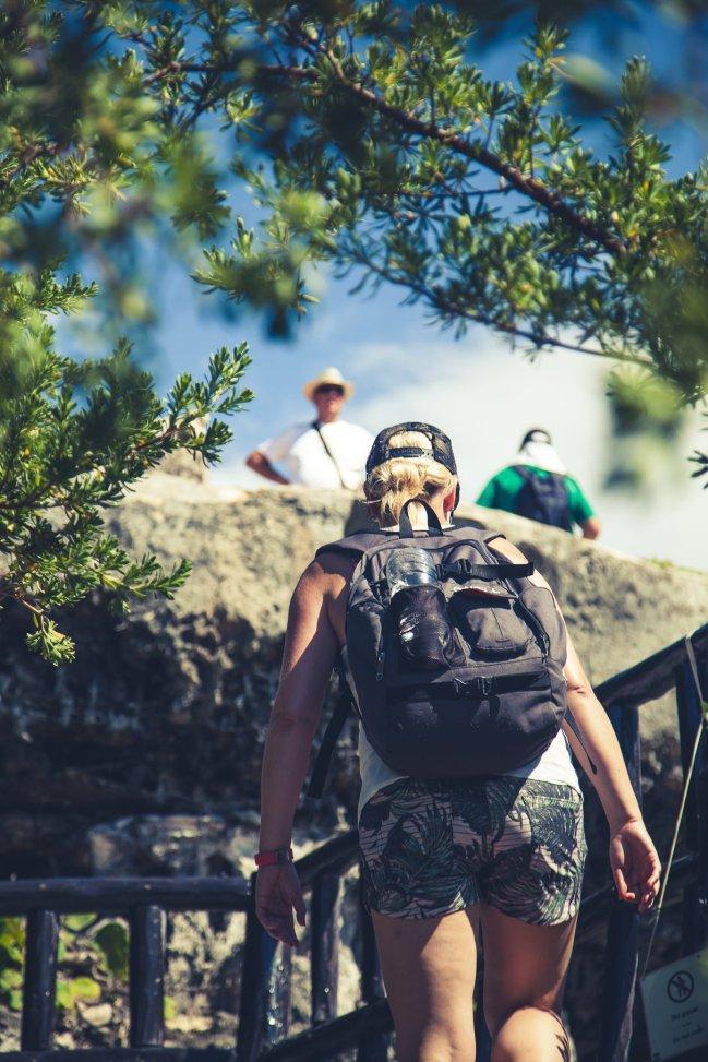 Tulum Ruinen am Karibischen Meer Frau mit Rucksack