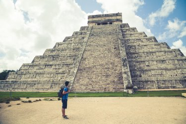 Person vor Chichen Itza Tempel Yucatan