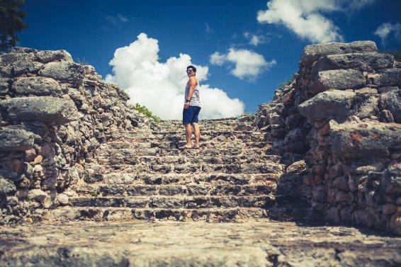 Mann auf Maya Tempel in Izamal