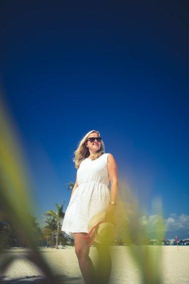 Blonde Frau mit Sonnenbrille in der Karibik