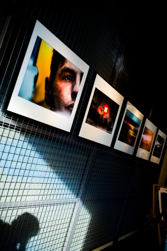 Ausstellung Fotos Portrait Gitter