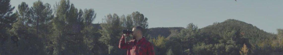 Mann Lederjacke Rot Landschaft Bäume Fernglas