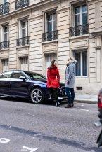 Audi Limousine Blau Junge Frauen Roter Grauer Mantel