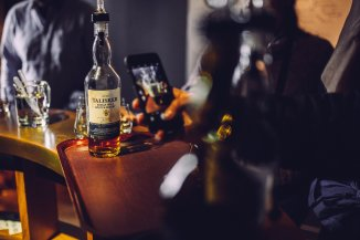 Talisker Distillery Exclusive Edition Whiskey Flasche Smartphone