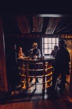 Whiskey Tasting Dunkel Holz Personen stehend Talisker