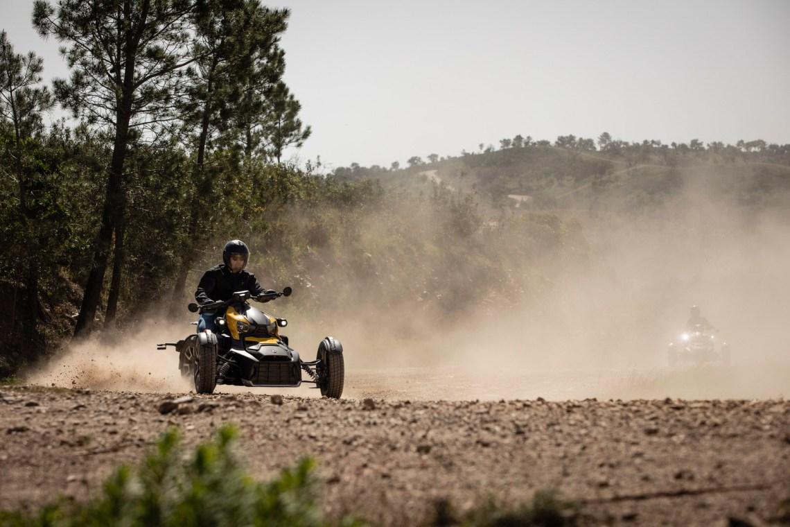 Dreirädriges Motorrad Can-Am Ryker Drift auf unbefestigter Straße