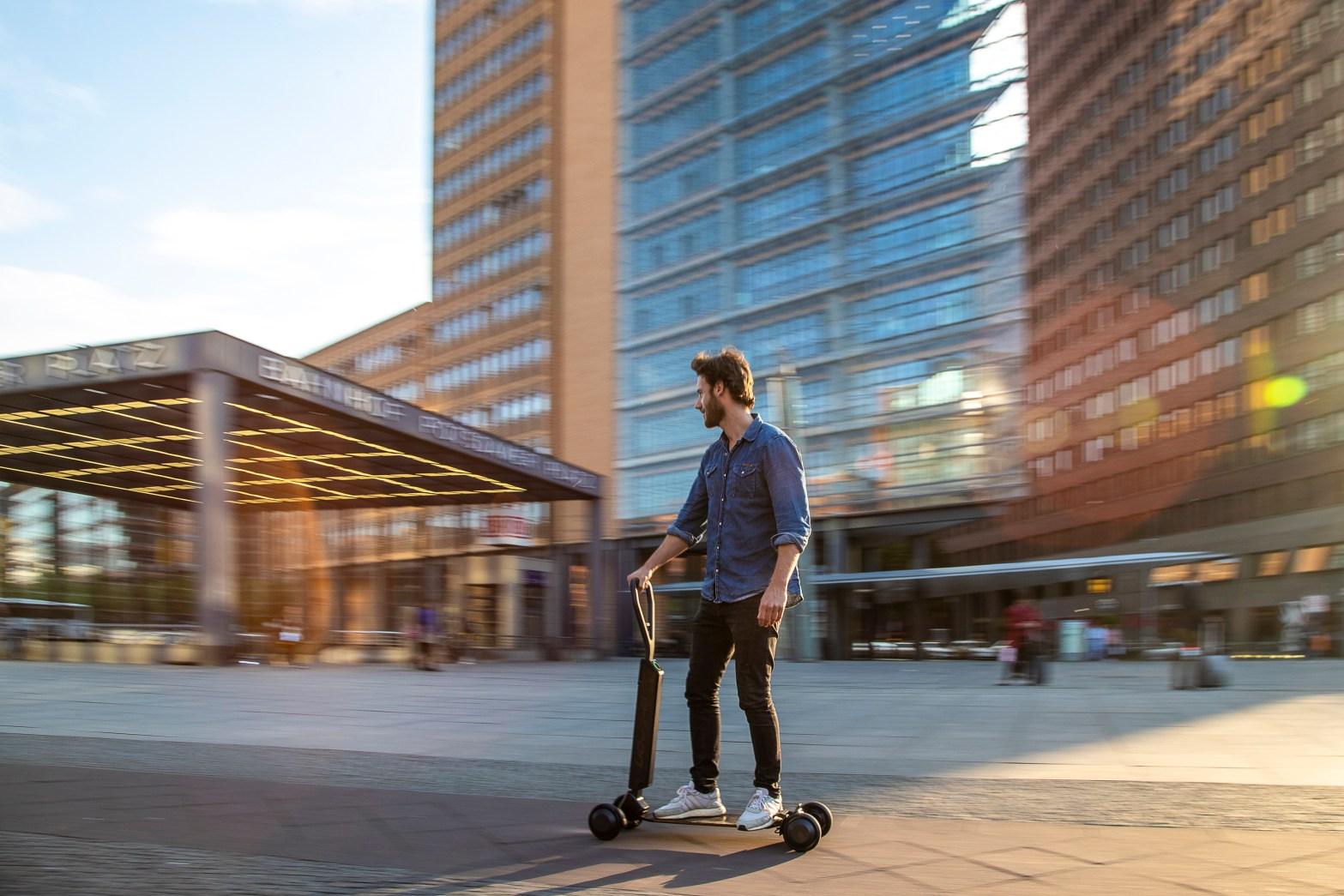 Audi e-tron Scooter E-Skateboard in Verwendung