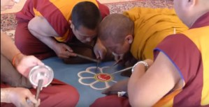 Nascita di un mandala tibetano di sabbia