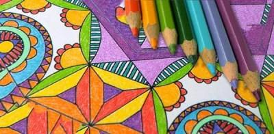 colorare un mandala con le matite colorate. facile e rilassante