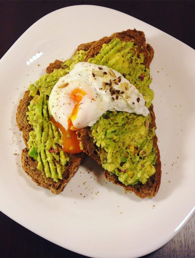 Poached eggs with integral bread and avocado sauce