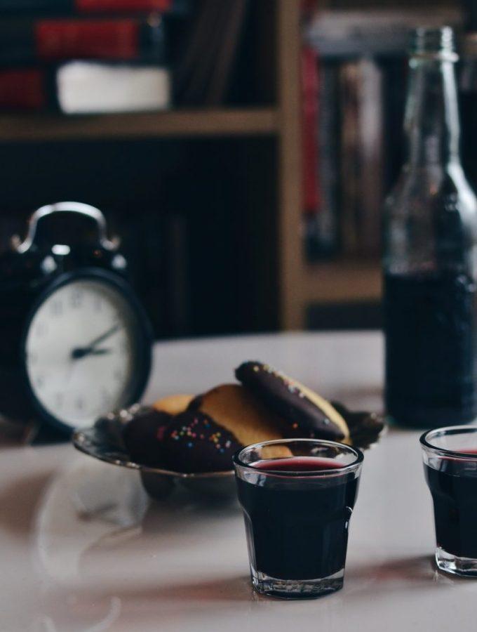 Liker me verë të kuqe dhe karafila