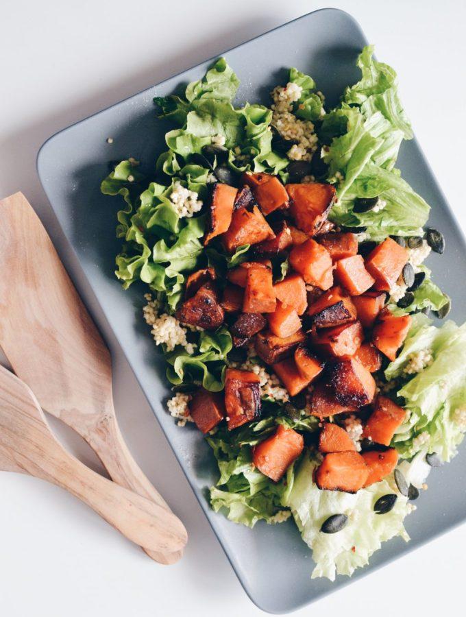Sallatë me patate të ëmbël, mel dhe gjethe jeshile