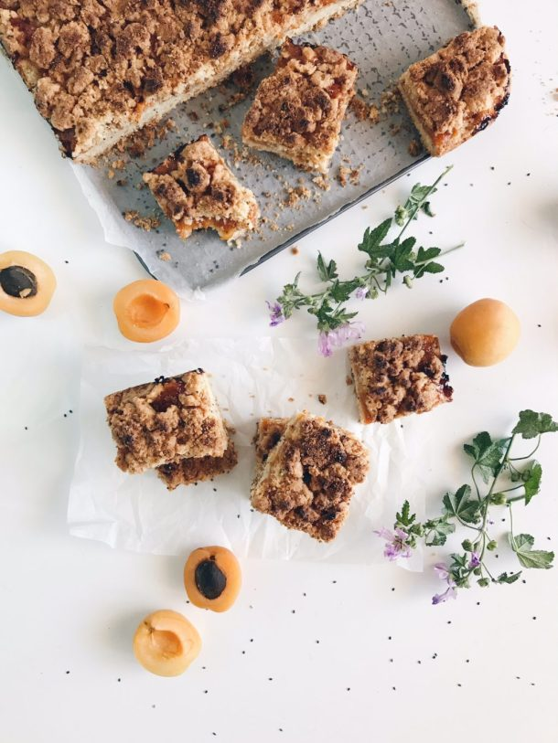 Apricots crumbled cake
