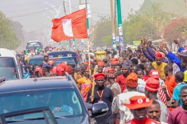 dzc8zeswkaal_de1460246513 Atiku Abubakar Convoy Trapped By Supporters In Kano (Photos,Video)