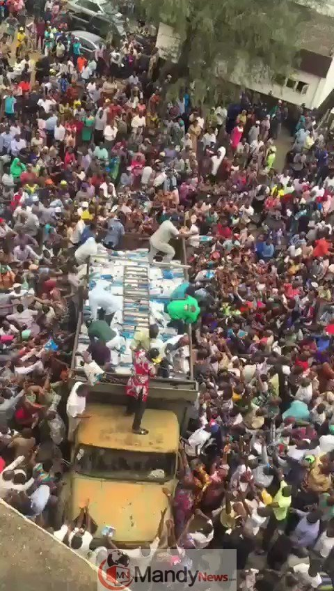 y0tjgELeq MrInRL - 2019 Elections: See How APC Shared Rice To Voters In Minna, Niger State (Video)