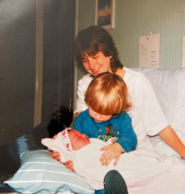 Mijn moeder, ik en mijn pasgeboren zusje