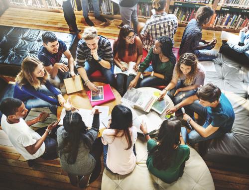5 formas en que las redes de pares conducen a mejores sistemas de apoyo a los estudiantes