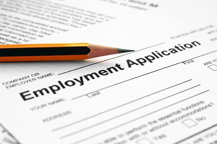 Las solicitudes de desempleo iniciales semanales caen a 310,000 desde las 335,000 esperadas