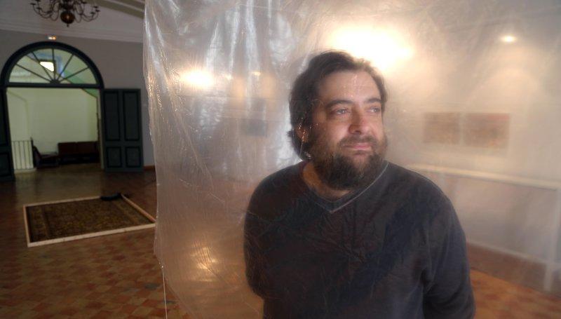 """Visita a l'exposició """"Una explosió de gas destrossa una casa"""", de l'artista Manel Bayo, a les Bernardes de Salt. Manel Bayo, dins la fragilitat transparent amb què evoca l'aixopluc de la casa a Les Bernardes Foto: QUIM PUIG."""