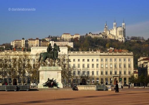 Plaça de Bellecour i la Basílica de Notre Dame de Fourvière al fons