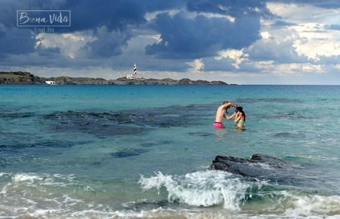 Platja de'n Tortuga amb el Far de Favàritx al fons