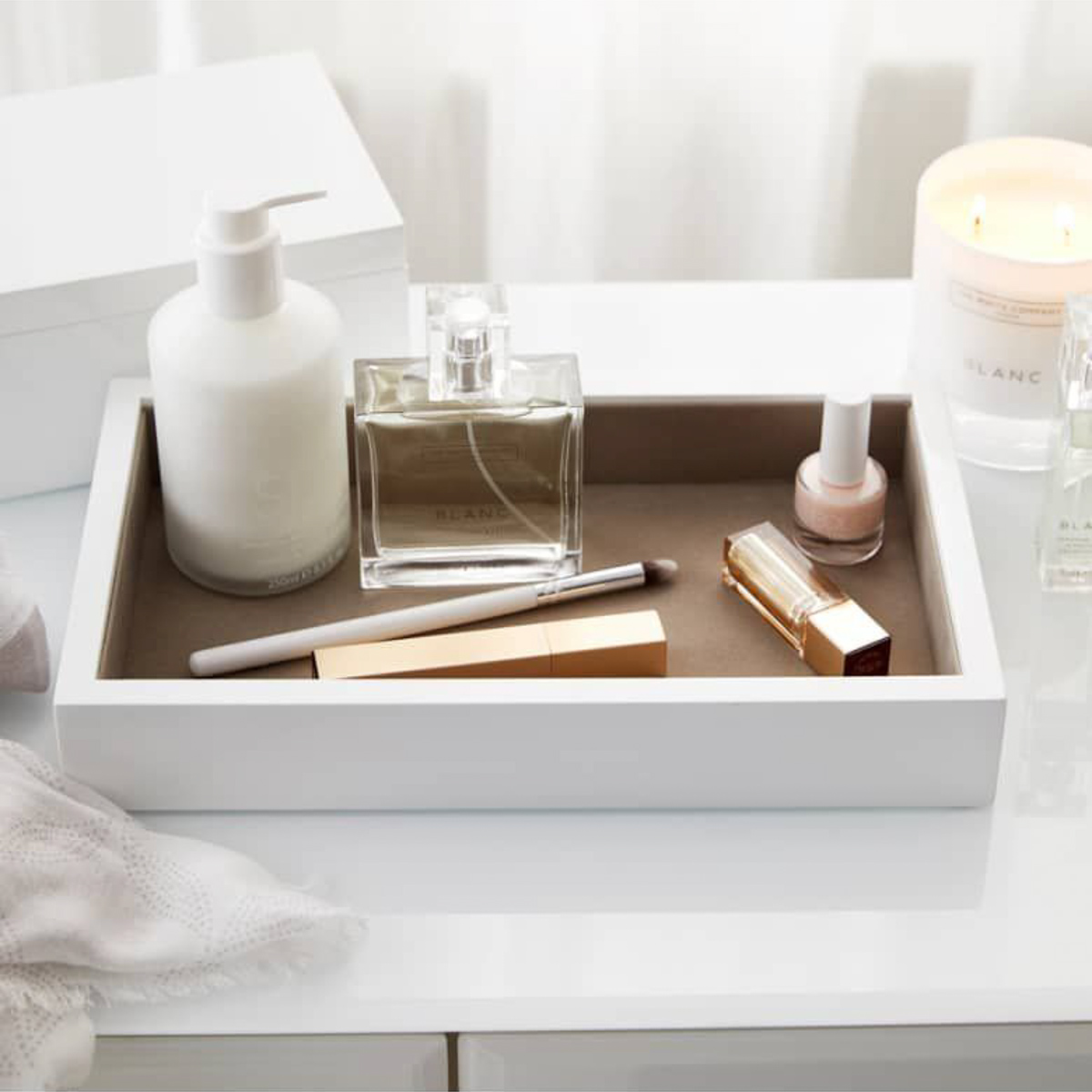 the-white-company-storage-tray-lifestyle-fragrance-man-for-himself-1
