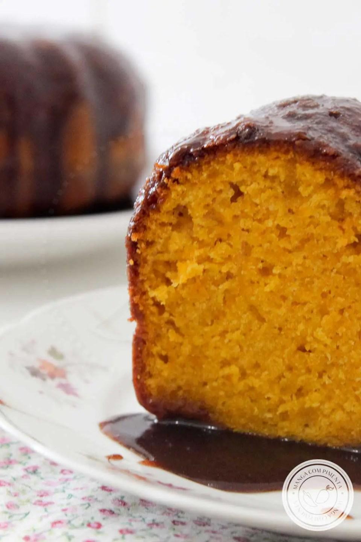 Receita de Bolo de Cenoura com Cobertura de Chocolate - um bolo mais que perfeito, sirva no café da manhã ou no lanche.