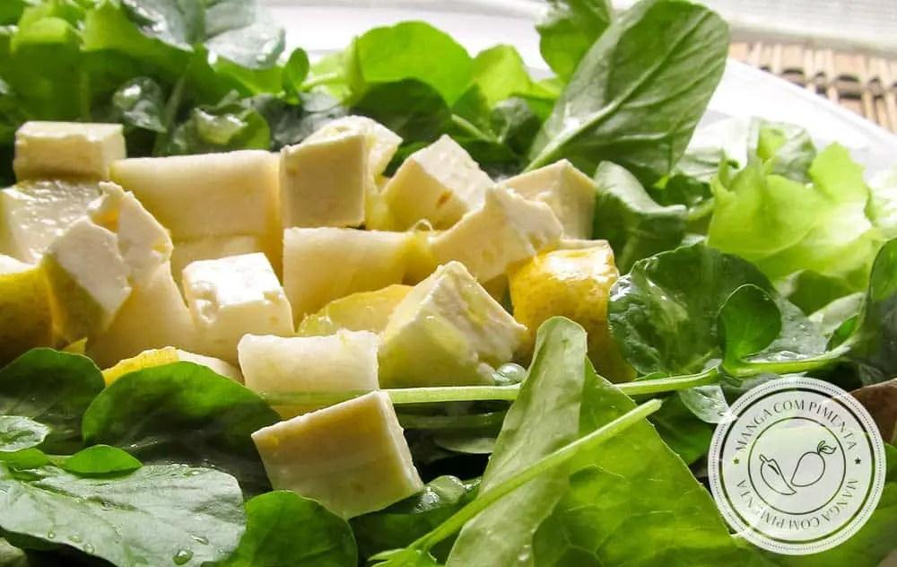 Salada de Folhas, Pêra e Queijo Minas - um delicioso prato em um dia quente!