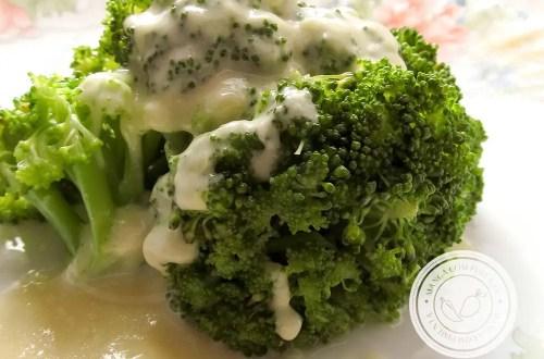 Brócolis com Molho Quente de Maionese - Um prato que vai bem com qualquer acompanhamento!