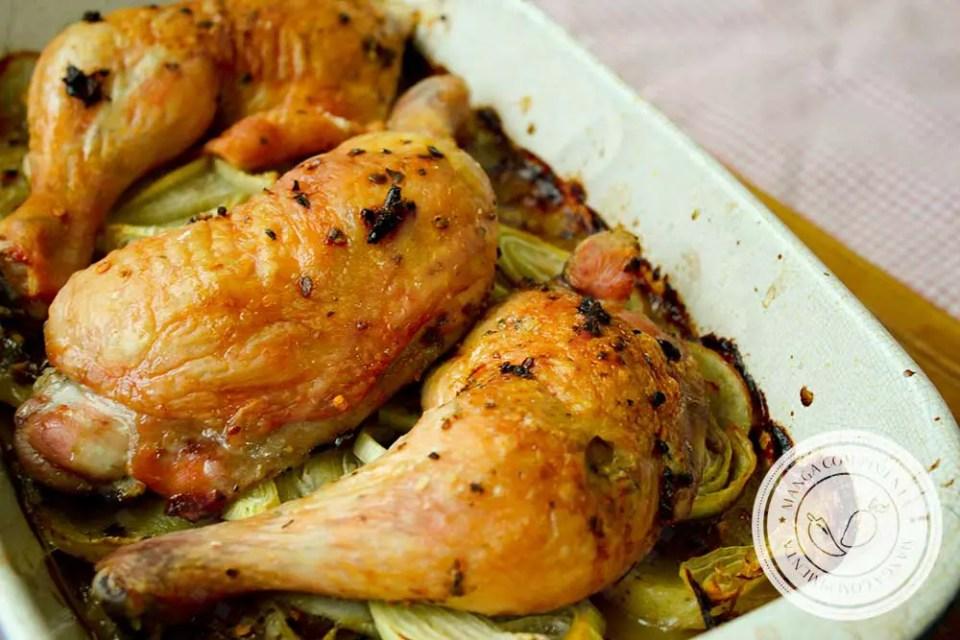 Receita de Sobrecoxas e Coxas Assadas em uma Cama de Batata - Um prato Comfort Food delicioso para fazer em casa!