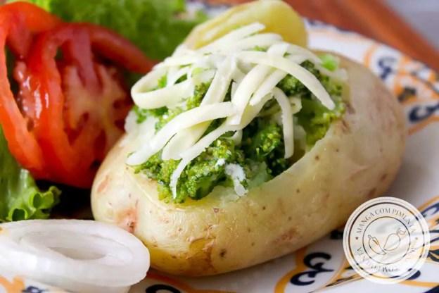Receita de Batata Assada Recheada com Brócolis - para um almoço leve e gostoso!