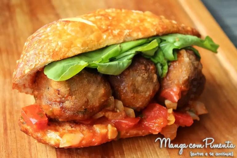 Receita de Sanduíche de Almôndegas de Carne com Molho de Tomate, Rúcula e Requeijão