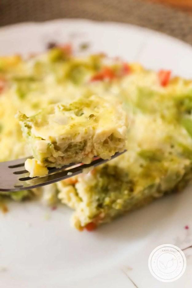 Receita de Omelete de Forno Recheado com Brócolis e Tomate - uma refeição nutritiva para toda a família.