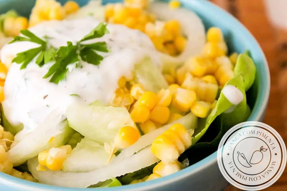 Receita de Salada de Alface, Milho, Pepino e Cebola - deliciosa para o almoço de verão com a família