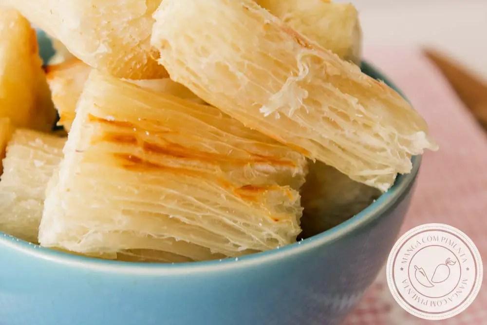 Mandioca Assada Crocante - um petisco delicioso que não é frito, para comer sem culpa!