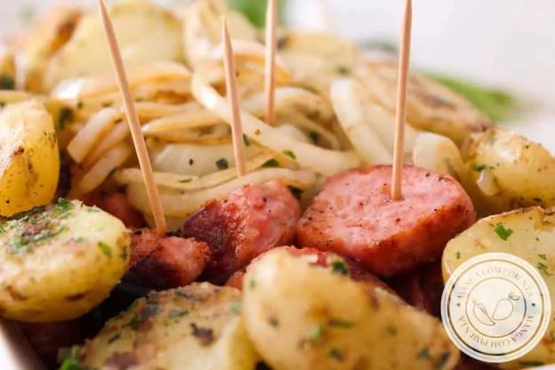 Petisco de Linguiça com Cebola e Batata Sauté | Perfeito para chamar os amigos para assistir o jogo da Copa do Mundo