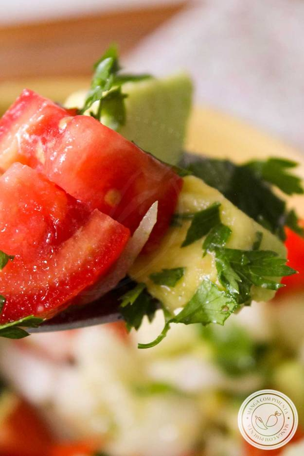 Receita de Salada de Tomate com Abacate e Pepino - um prato refrescante para o almoço ou jantar!