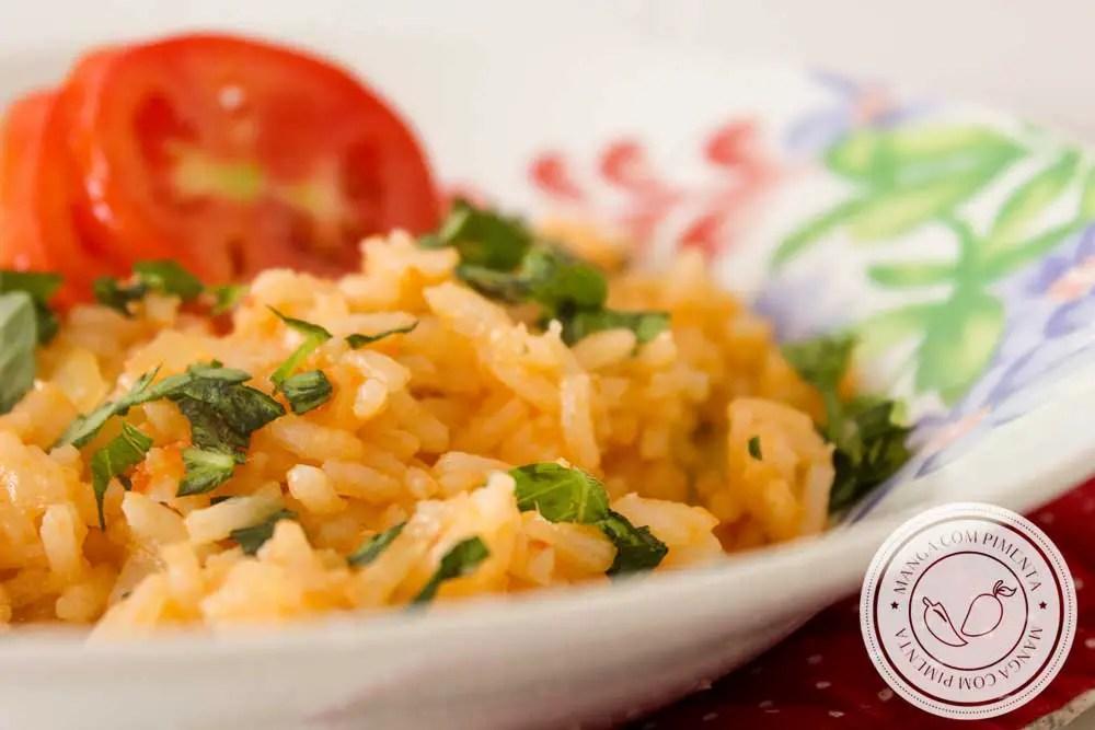 Receita de Arroz de Tomate com Manjericão - um prato simples e delicioso para fazer em casa para a família!