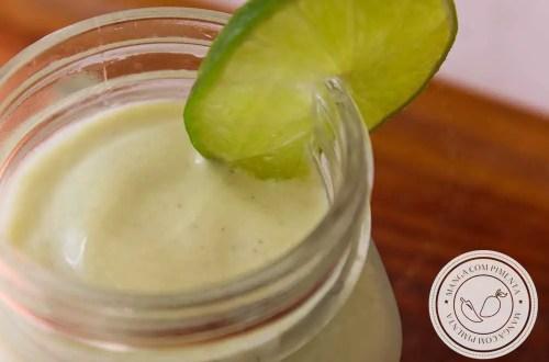Receita de Smoothie de Abacate com Banana e Limão - uma bebida geladinha e nutritiva para começar o dia!