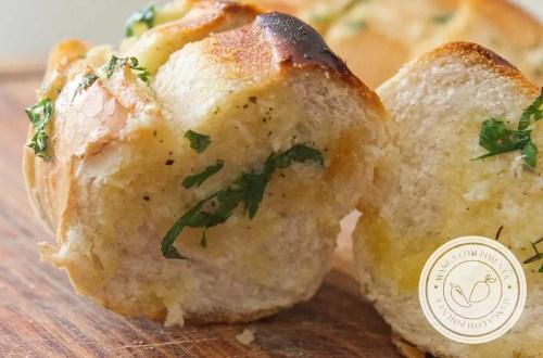 Receita de Pão de Alho para Churrasco - aproveite os pães franceses que sobraram e prepare essa delícia sempre que colocar o carvão para esquentar na churrasqueira.