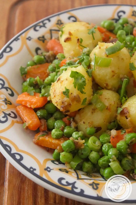Receita Batata com Cenoura e Ervilha Salteada - prepare para acompanhar aquele frango grelhado e arroz fresquinho.