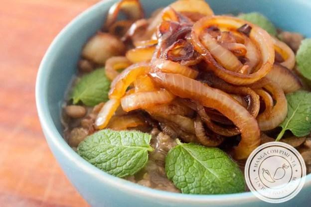 Receita de Salada de Lentilha e Cebola Caramelizada - um prato fácil e saboroso para o almoço da semana.